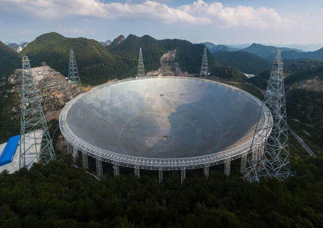 Le FAST, immense télescope, installé en Chine