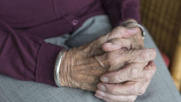 Mains d'une personne âgée (image d'illustration) - Sputnik France