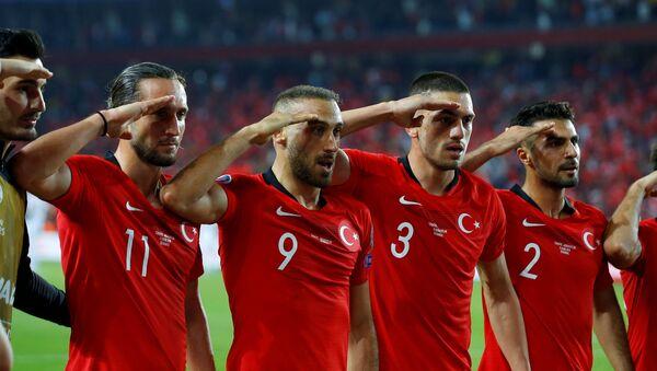La sélection turque fait un salut militaire durant les éliminatoires pour l'Euro-2020 - Sputnik France