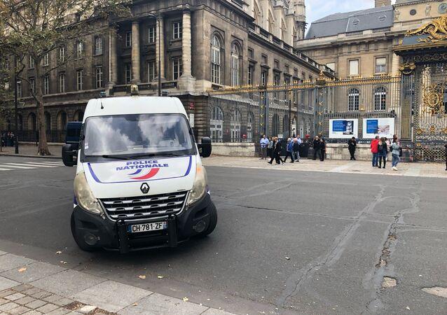 Une voiture de police devant le palais de Justice de Paris (image d'illustration)