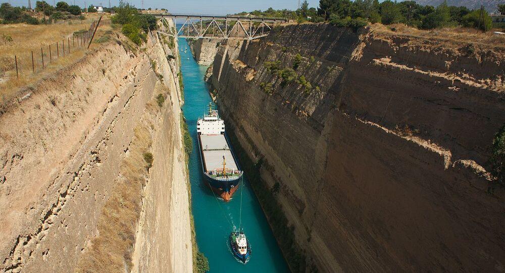Navire traversant le canal de Corinthe.