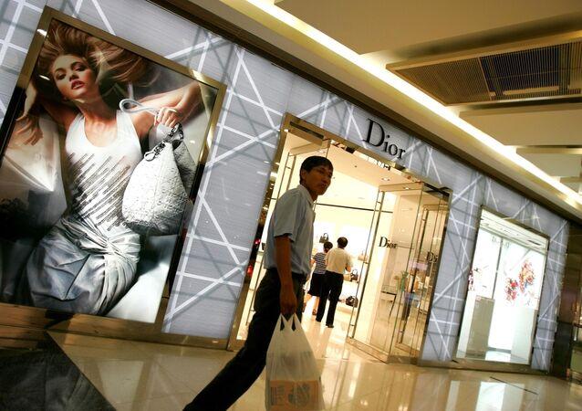 Un homme passe devant une boutique Dior à Pékin