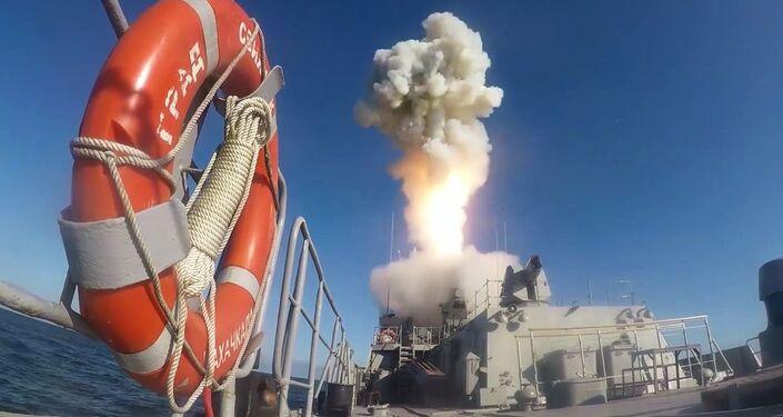 un navire de surface lance un missile de croisière Kalibr
