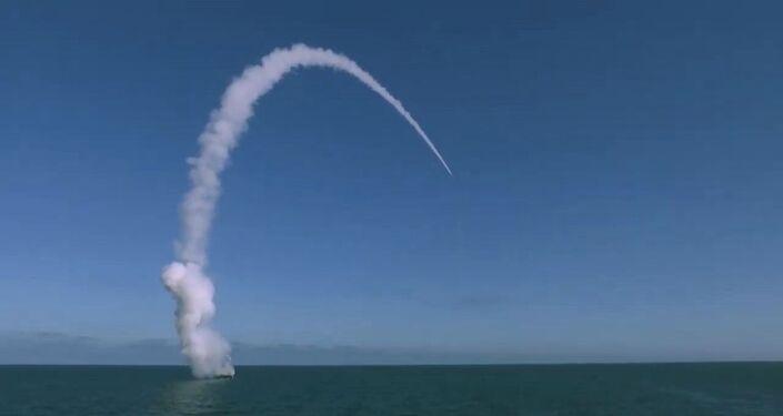 Un bâtiment de surface lance un missile de croisière Kalibr lors d'exercices Grom 2019