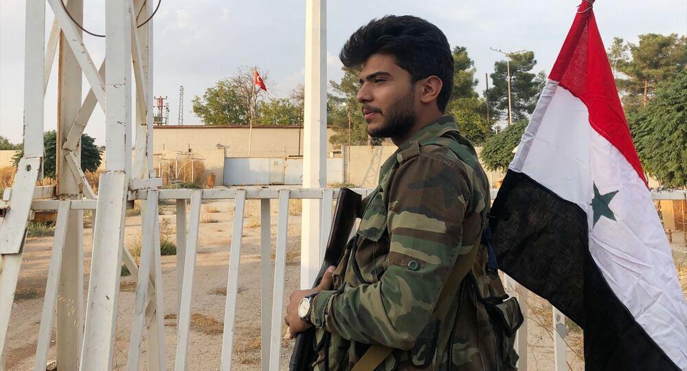 Un militaire syrien au point de passage frontalier près de Kobané