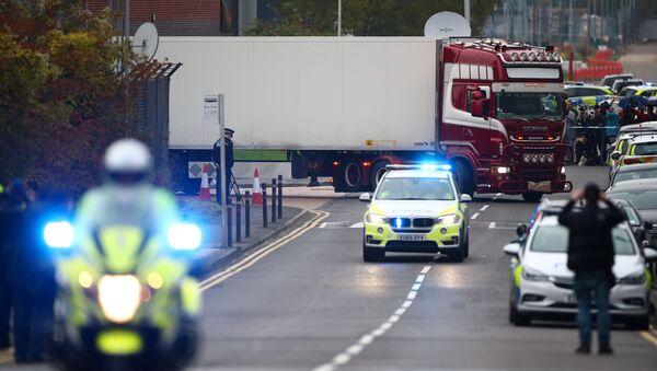 La police déplace le camion où 39 corps ont été découverts à Gray, dans l'Essex (23 octobre 2019) - Sputnik France