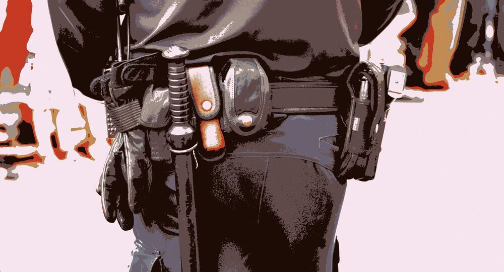Un policier armé d'une matraque