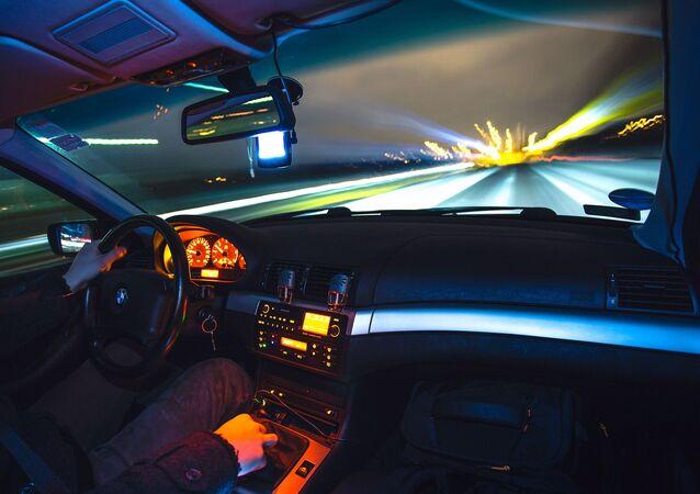 une voiture roule à pleine vitesse (image d'illustration)
