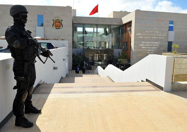 Soldat armé devant le siège du BCIJ, Salé