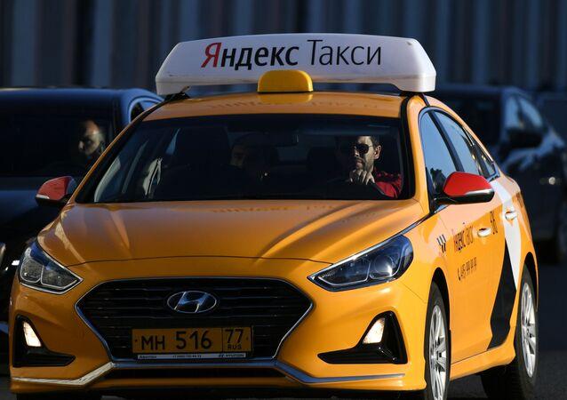 Une voiture de Yandex.Taxi dans une rue de Moscou