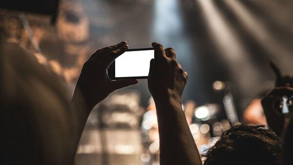 Spectateur avec son smartphone en concert - Sputnik France