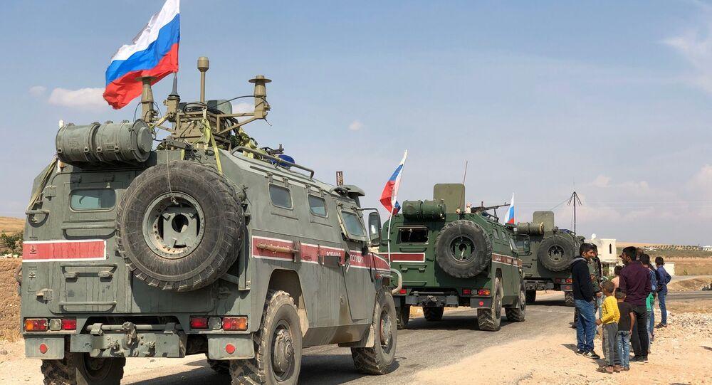 Des blindés de la police militaire russe non loin de Kobané, à la frontière syro-turque