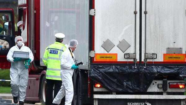 Police officers inspect the lorry in which 39 bodies were found - Sputnik France