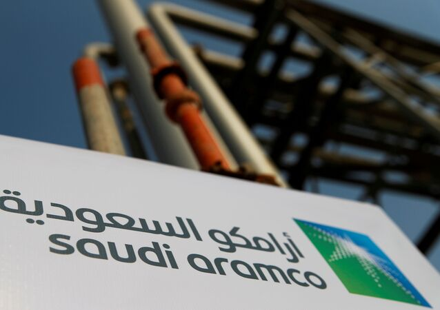Le logo de Saudi Aramco sur l'installation pétrolière de la société à Abqaiq