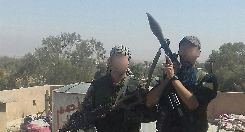 André Hébert, à droite avec le lance-roquette RPG-7. Photo prise en novembre 2017 dans la ville de Shedade