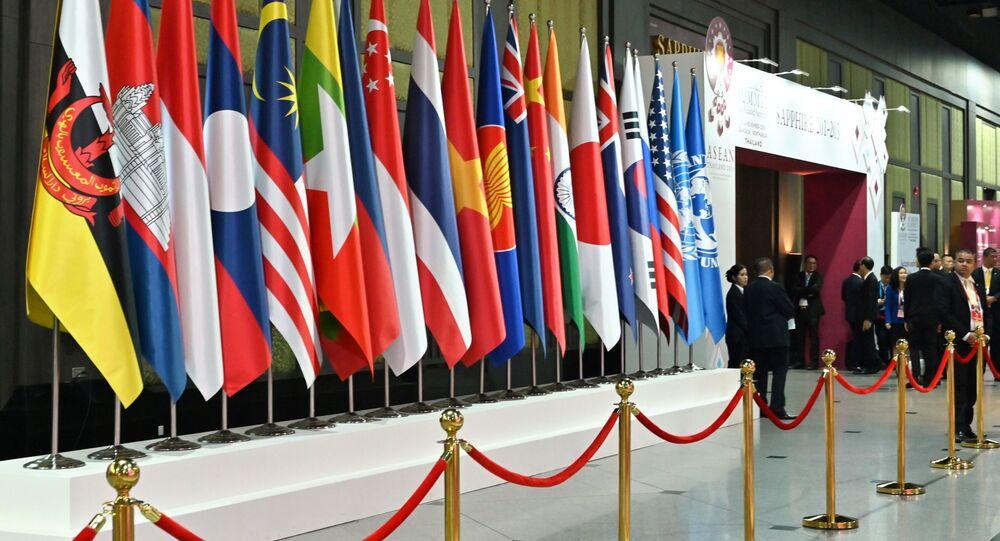 Les drapeaux nationaux des pays participant au 35ème sommet de l'Association des nations de l'Asie du Sud-Est (ASEAN)