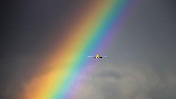 Un avion sur fond d'arc-en-ciel (image d'illustration) - Sputnik France