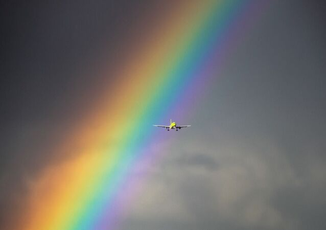 Un avion sur fond d'arc-en-ciel (image d'illustration)