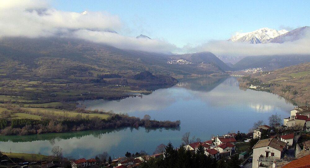 Le lac Barrea dans la province de L'Aquila, dans les Abruzzes, en Italie.