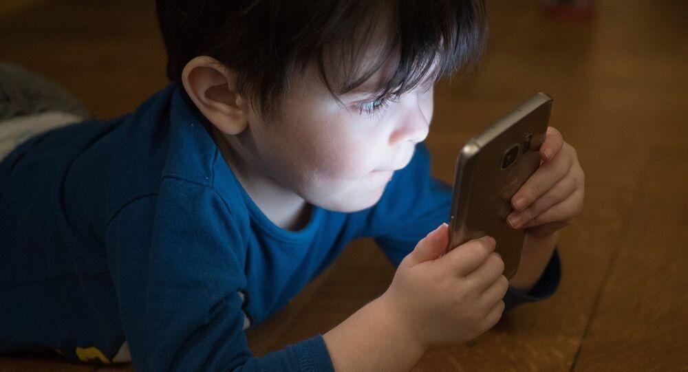 Enfant devant un écran, image d'illustration