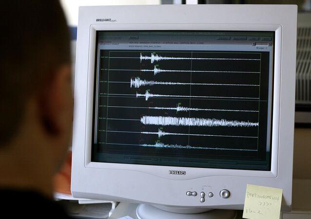 Un technicien du Réseau National de Surveillance Sismique (RENASS) de Strasbourg, archives