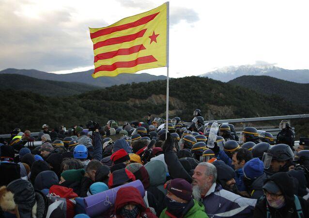 Des manifestants catalans bloquent une autoroute entre la France et l'Espagne le 12 novembre