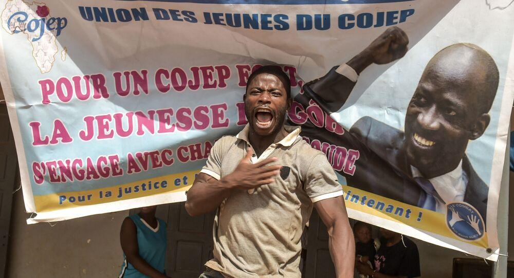 Un homme manifeste sa joie après l'annonce de l'acquittement de Charles Blé Goudé devant la Cour pénale internationale.