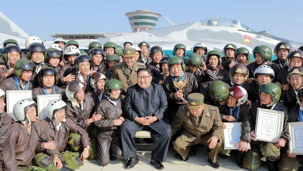 Kim Jong-un et des militaires nord-coréens  - Sputnik France