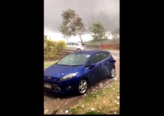 Des grelons de la taille d'un œuf endommagent des dizaines de voitures en Australie