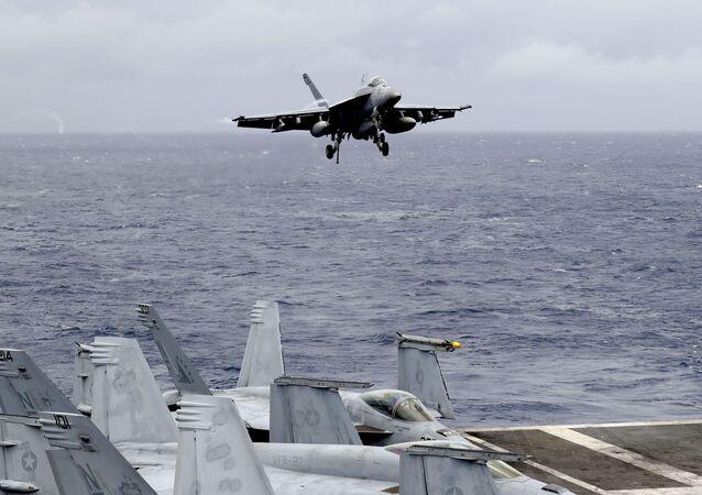 Un avion de chasse américain sur le porte-avions américain en mer de Chine méridionale