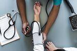 Un médecin avec un tonomètre