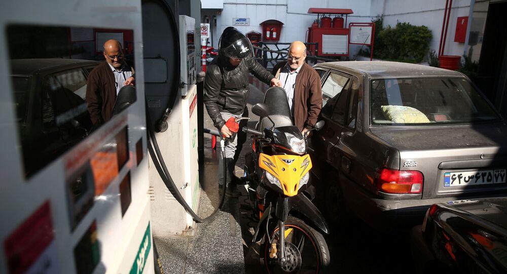 Un homme remplit le réservoir de sa moto dans une station-service, après que le prix de l'essence ait augmenté à Téhéran, en Iran, le 15 novembre 2019.