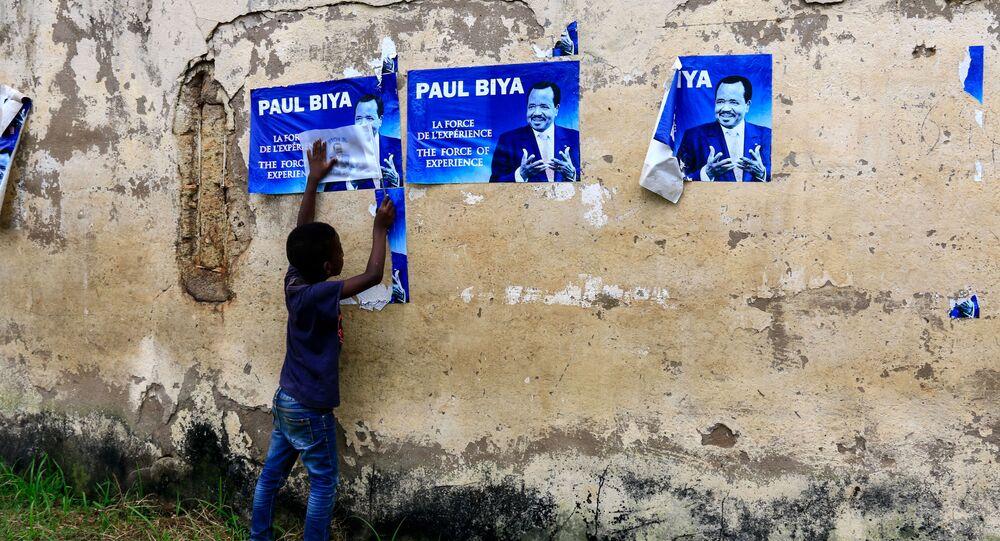Un enfant devant des affiches électorales de Paul Biya