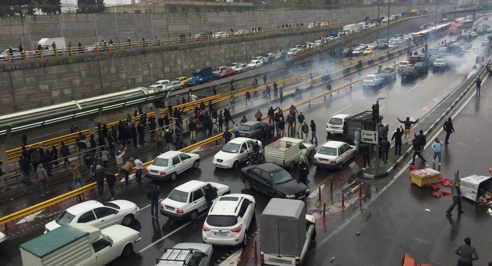 Des personnes arrêtent leurs voitures sur une autoroute pour manifester contre l'augmentation du prix de l'essence à Téhéran, en Iran, le 16 novembre 2019
