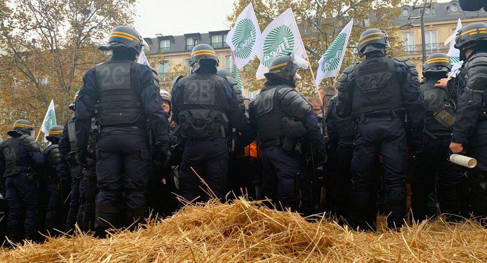 Agriculteurs sur les Champs-Élysées: les manifestants tentent de bloquer l'avenue avec de la paille, 27 novembre 2019