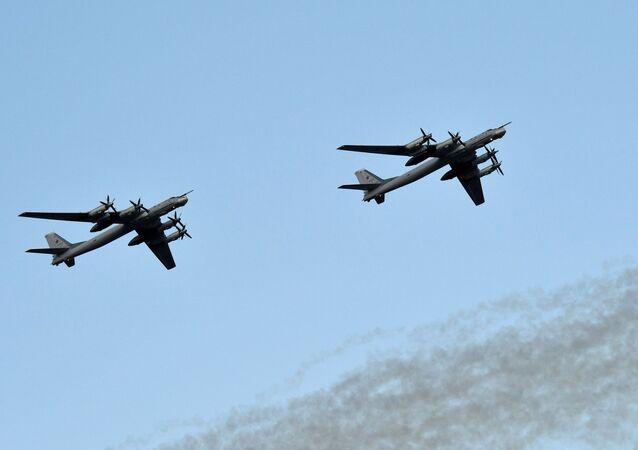 Deux avions Tu-95MS, archives