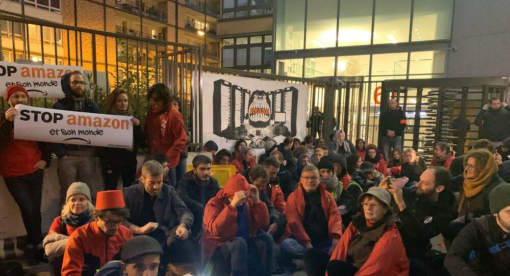 «Block Friday»: des militants écolos tentent de bloquer le siège français d'Amazon