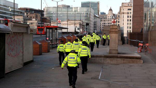 Police officers walk near the scene of a stabbing on London Bridge - Sputnik France