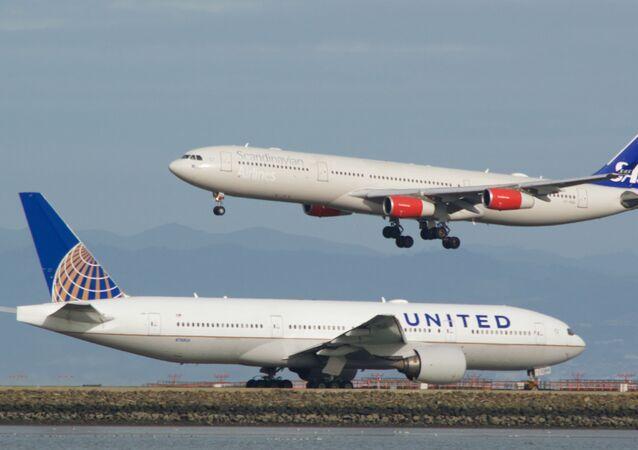 Un Boeing 777 en attente, alors qu'un Airbus A-340 atterrit