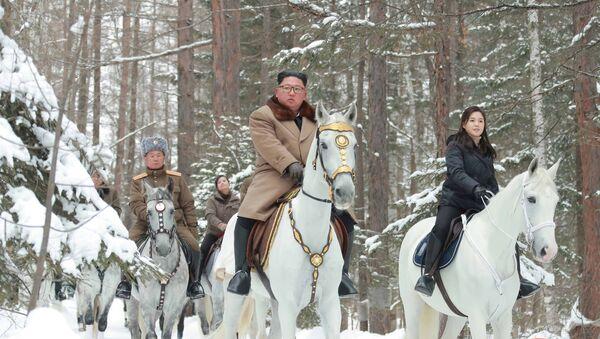 Kim Jong-un chevauchant dans la neige - Sputnik France