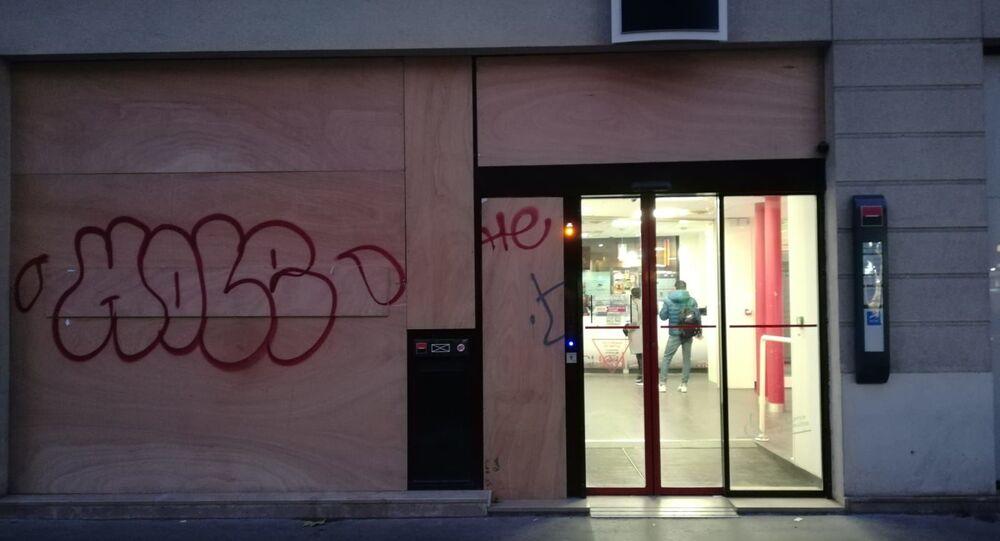 Des banques françaises se barricadent avant la grève nationale prévue pour le 5 décembre