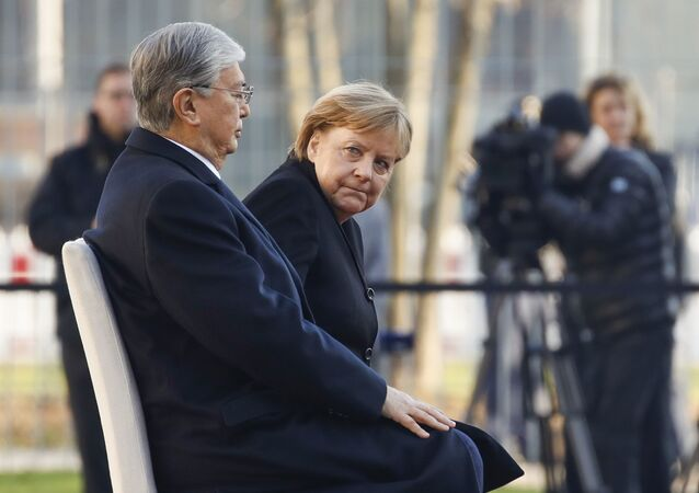 Angela Merkel est restée assise jeudi 5 décembre lors d'une cérémonie des hymnes nationaux donnée à l'occasion de la visite de son homologue kazakh.