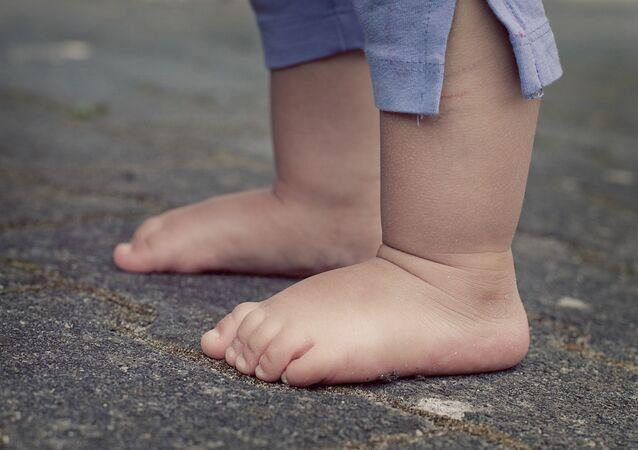 Des pieds nus d'un enfant
