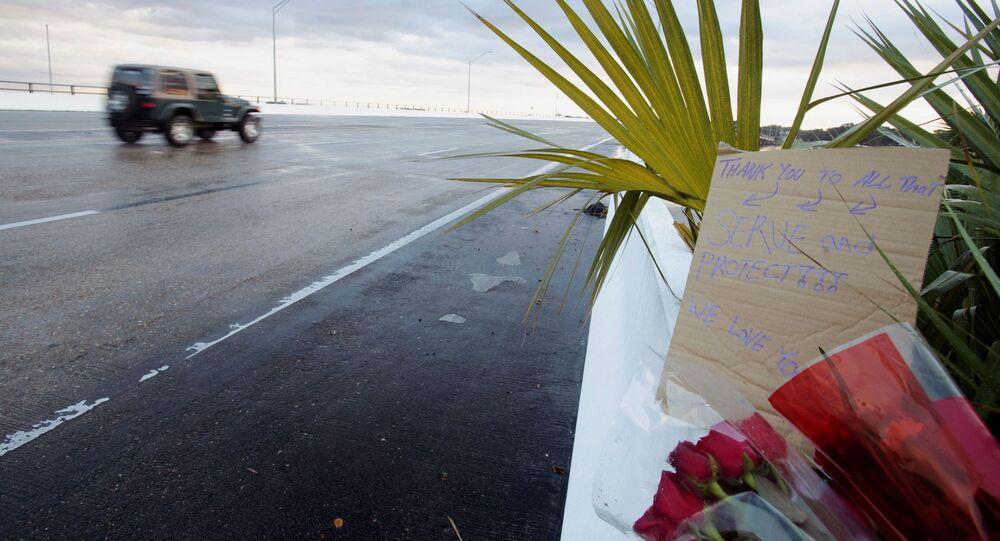 Des fleurs et un mot laissés aux victimes de la fusillade survenue le 6 décembre à la base aéronavale de Pensacola en Floride