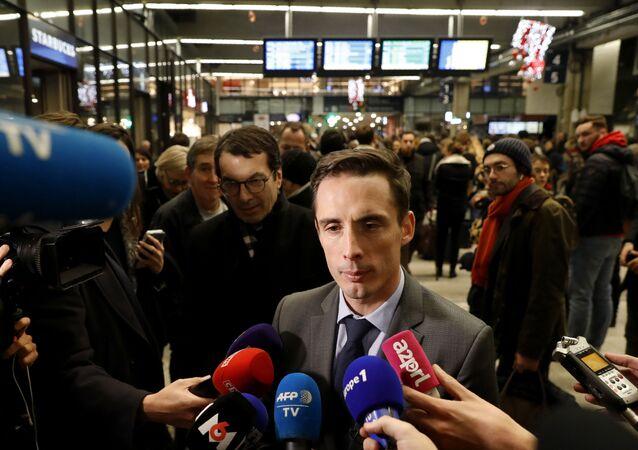 Jean-Baptiste Djebbari à la gare de Montparnasse à Paris, la veille de la grève nationale du 5 décembre contre la réforme des retraites