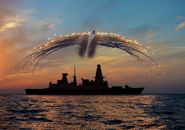 Le destroyer britannique HMS Dragon et un hélicoptère Lynx lors d'exercices (archive photo)