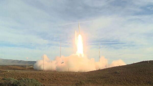 le test d'un nouveau missile balistique non nucléaire de portée moyenne à la base aérienne de Vandenberg, en Californie - Sputnik France