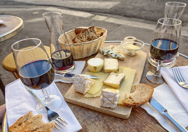 Fromage, vin et pain (image d'illustration)