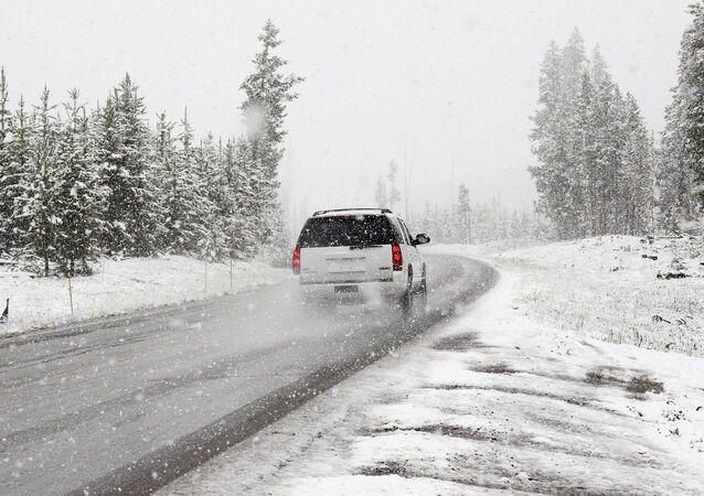Une voiture dans une tempête de neige