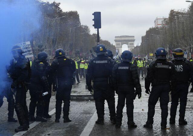 Les forces de l'ordres face à des Gilets jaunes sur les Champs-Élysées le 24 novembre 2018